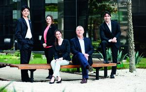 A partir da esquerda, Henrique Noguchi e  Iris Tébéka (em pé), Fernanda Bueno e John Biggs (sentados) e Daniel Cardinali