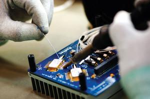 Processo de soldagem de placa eletrônica da Padtec, outro empreendimento nascido na universidade