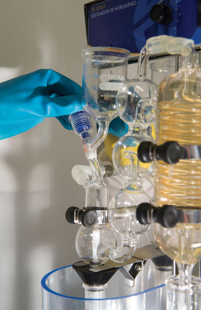 Técnico da Alibra prepara amostras para análise de proteína em um destilador de nitrogênio