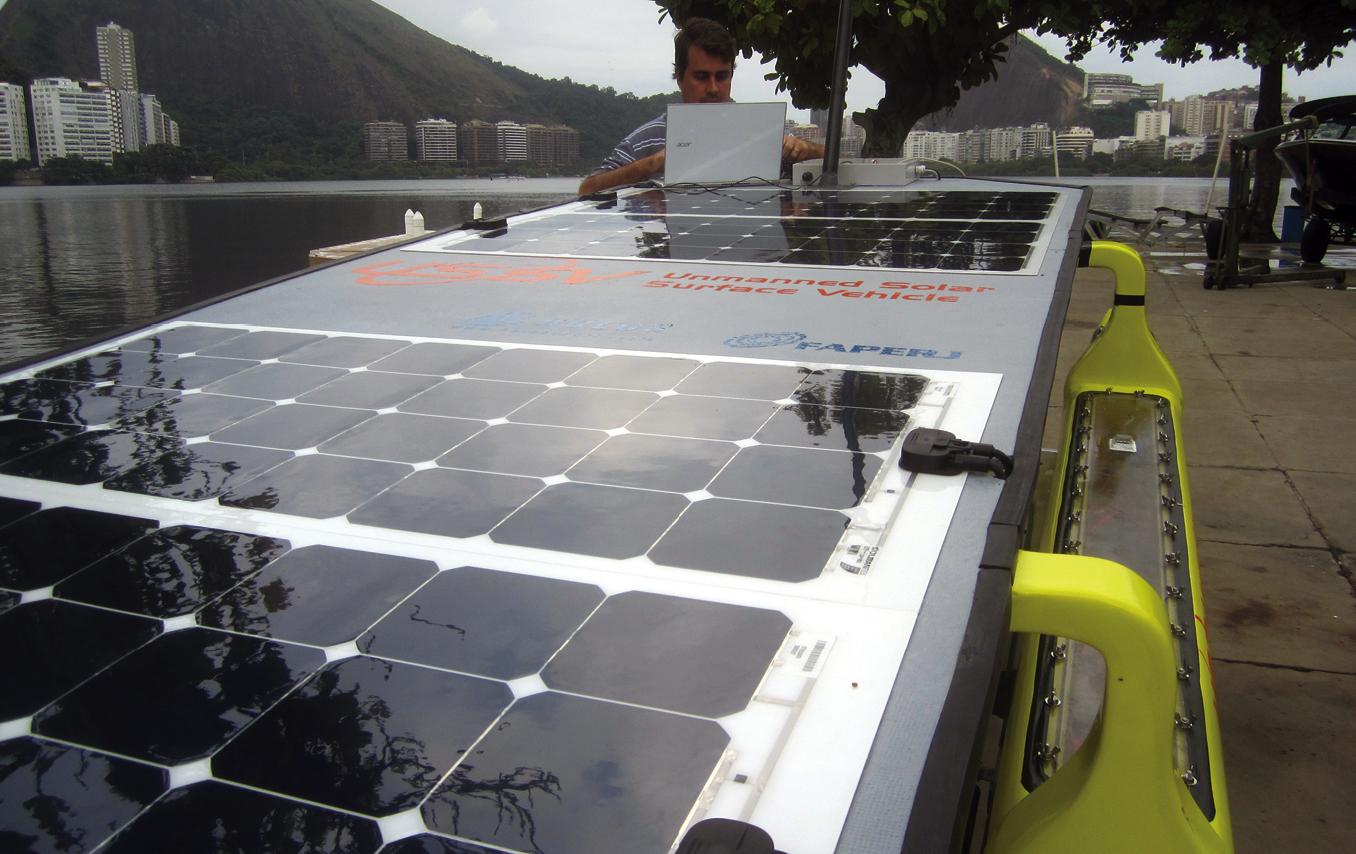 Com as placas solares, a autonomia do barco é ininterrupta. Em dias nublados, a velocidade cai de 5,5 km/h para 1,8 km/h