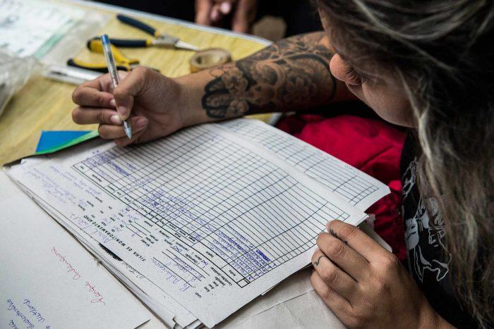 Bióloga da Secretaria do Verde e Meio Ambiente da prefeitura de São Paulo registra, em uma planilha de controle, dados de aves observadas na cidade