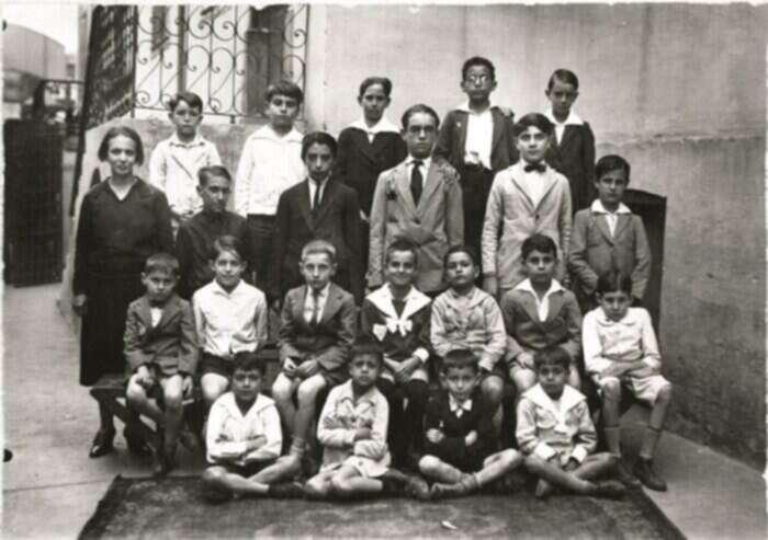 Registro dos tempos de escola: terceiro da direita para a esquerda, sentado no banco