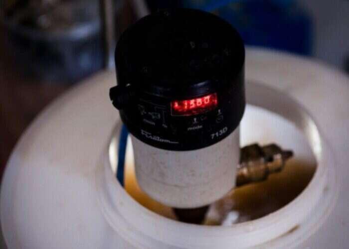 Três momentos do biotratamento: reator contendo as bactérias...