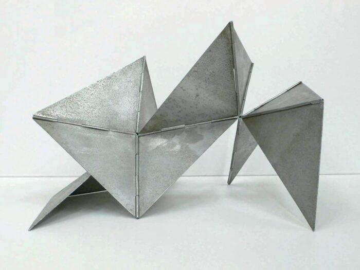 Los <em>Bichos</em>, elaborados con placas de aluminio u hojalata, pueden ser manipulados por el espectador.