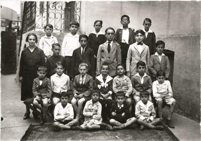 Un registro de su etapa escolar: el tercero contando de derecha a izquierda, sentado en el banco