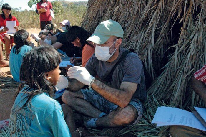 Exámenes de indígenas de la etnia Xavante en el estado de Mato Grosso...