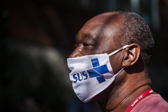 Rubens da Silva, técnico de laboratório do Hospital das Clínicas de São Paulo, no dia em que recebeu a primeira dose da Coronavac, imunizante contra o vírus Sars-CoV-2