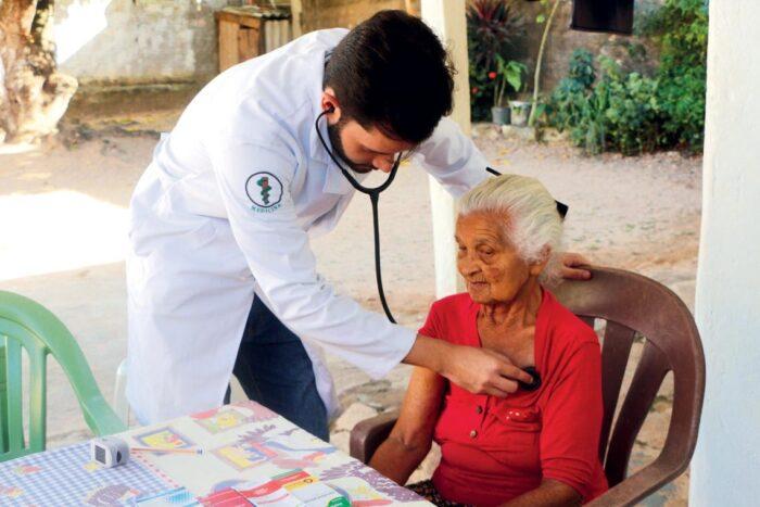 Un equipo del Programa de Salud de la Familia atiende a una mujer en Marabá, en el estado de Pará
